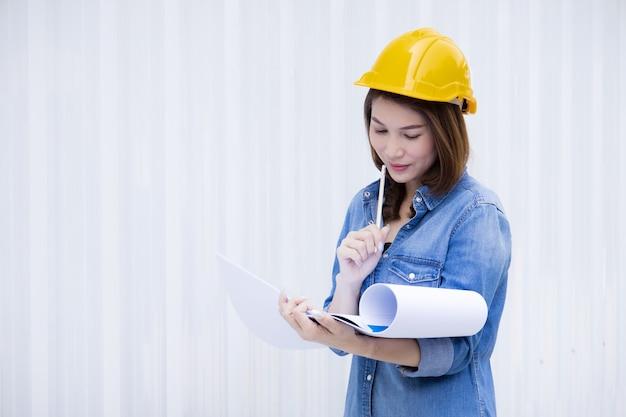 건설 현장에서 일하는 여성 엔지니어.