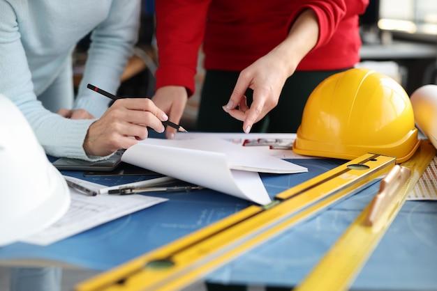 사무실에서 회의 하 고 아파트 근접 촬영의 레이아웃을보고 여성 엔지니어. 디자인 프로젝트 컨셉