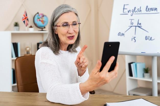オンラインでクラスをやっている女性の英語教師 無料写真