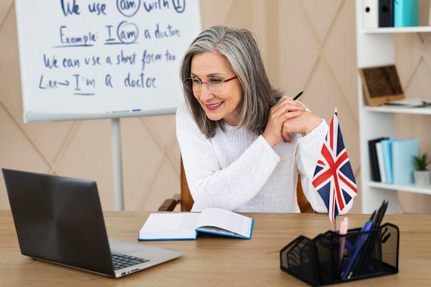 オンラインレッスンをしている女性の英語教師