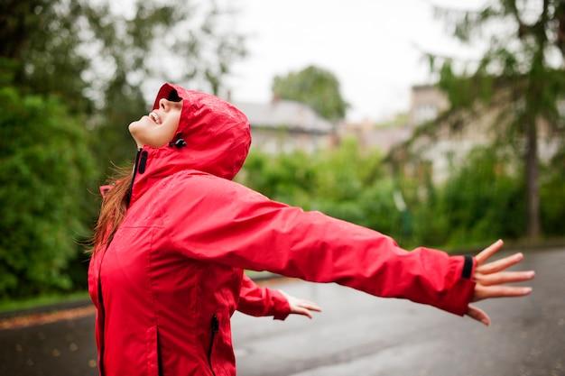 雨を楽しんでいる女性