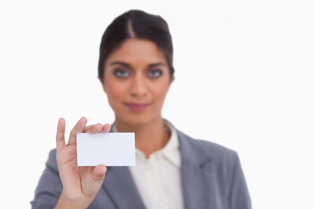 Женский предприниматель, показывающий свою визитную карточку