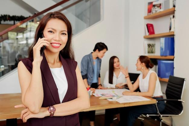 電話で話している女性起業家