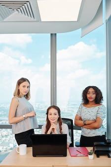 近代的なオフィスの女性起業家