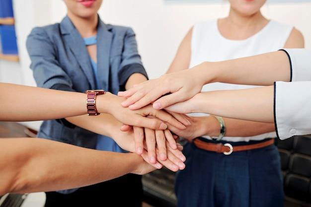 手をスタッキング女性起業家