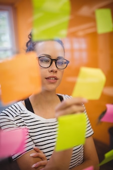 Esecutivo femminile leggere le note appiccicose