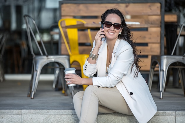 Женский исполнитель разговаривает по телефону