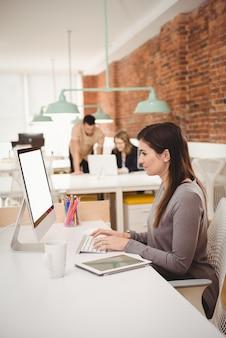 컴퓨터에서 작업하는 여성 임원