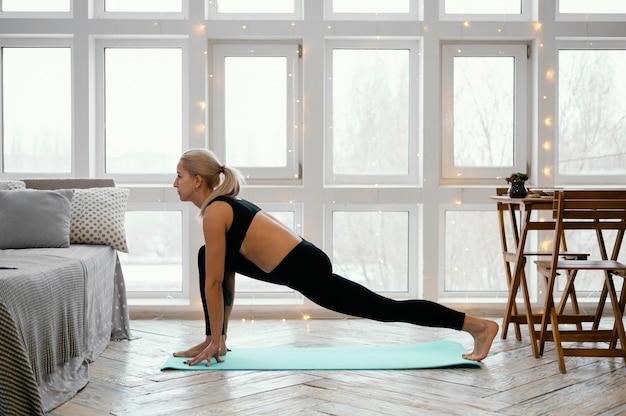 매트에 운동하는 여성