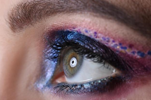 밝고 아름다운 이브닝 메이크업 웨딩 아이 메이크업 컨셉을 가진 여성의 눈