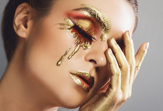 美しい創造的な化粧品で女性の顔