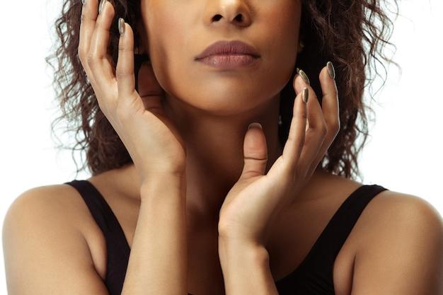 흰색 스튜디오 배경에 고립 잘 관리 된 피부를 가진 여성 얼굴. 아프리카 계 미국인 아름다운 모델. 미용, 자기 관리, 체중 감량, 피트니스, 슬리밍 개념. 화장품 및 미용, 주입.