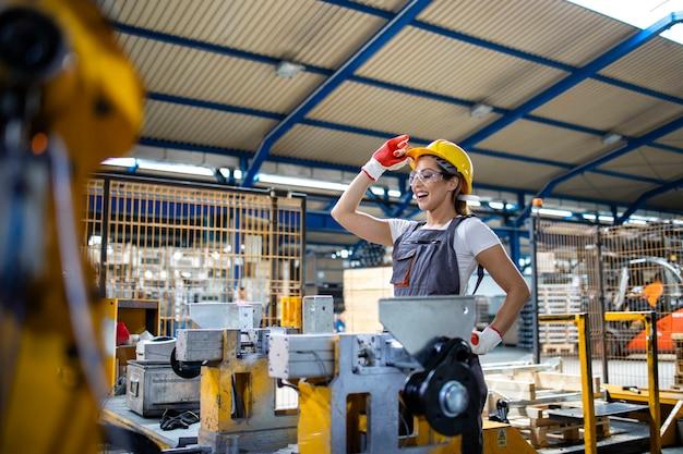 생산 라인에서 산업 기계를 운영하는 여성 공장 노동자.