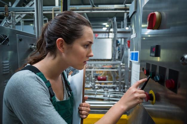 Женский фабричный рабочий