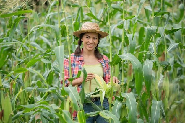 自分の農場で植物をチェックしている女性農家