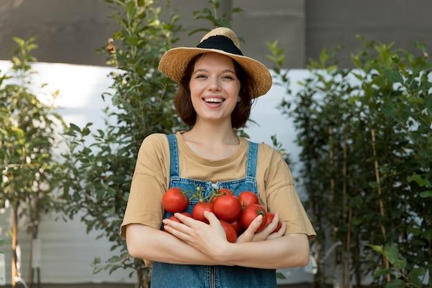 일부 토마토를 들고 여성 농부