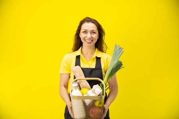여성 농부는 우유 계란 빵 녹색 신선한 과일, 야채 바구니를 보유하고