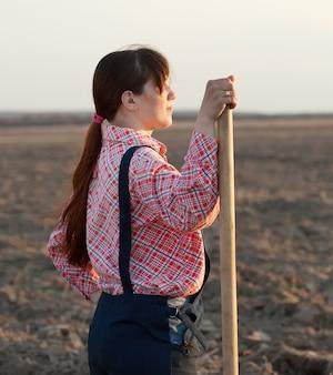 필드에서 여성 농부
