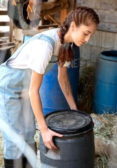 屋外でリラックスする女性農家