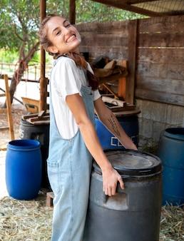 Женщина-фермер, расслабляющаяся на открытом воздухе