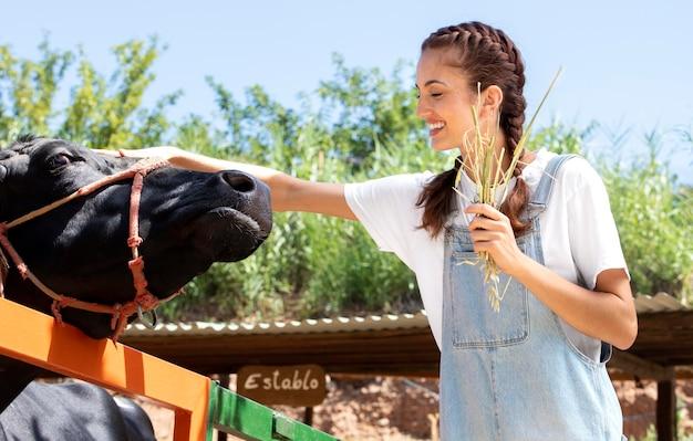 소를 돌보는 여성 농부