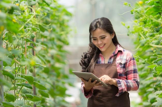 Женщина-фермер с планшетом