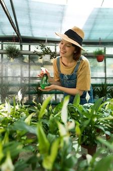 온실에서 일하는 여성 농부