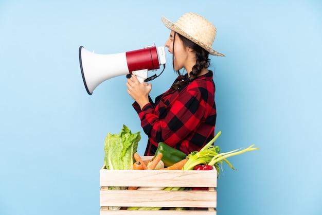 Женщина-фермер кричит в мегафон