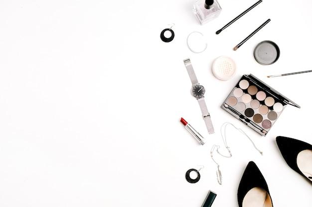 Женские модные аксессуары и косметика. шляпа, туфли, палитра, помада, часы, пудра на белом фоне