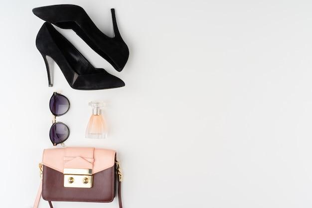 Женские модные аксессуары на белом фоне