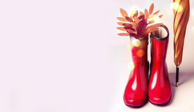 Женская мода осенние аксессуары обувь и зонтик на фоне пастельных тонов. понятие красоты и моды.