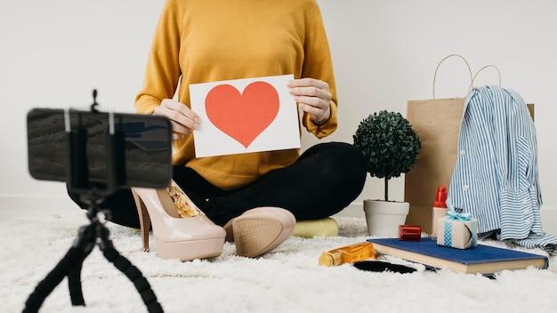Blogger di moda femminile in streaming a casa con lo smartphone