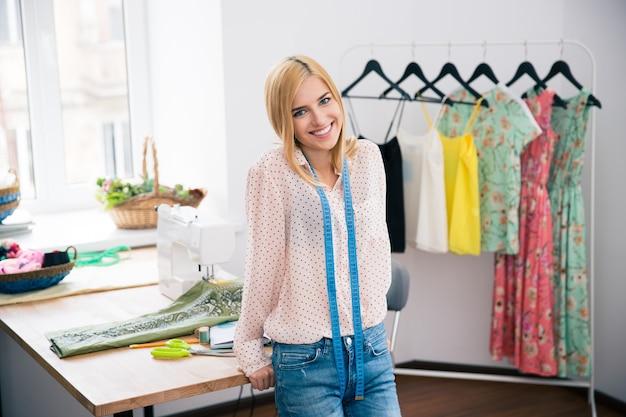 워크숍에 서있는 여성 패션 deisgner
