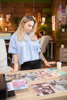 インスピレーションを求めている彼女のクリエイティブオフィスの女性ファッションデザイナー。