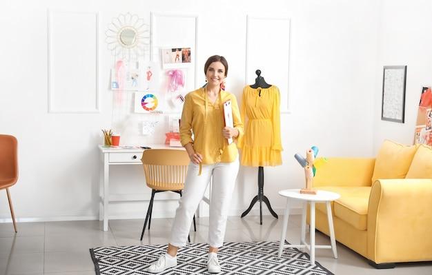 スタジオの女性ファッションデザイナー