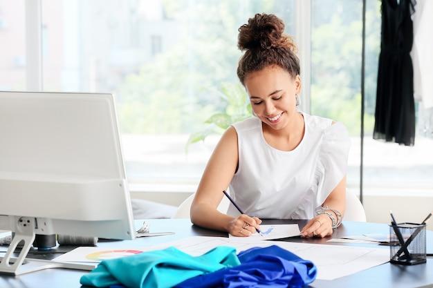 스튜디오에서 일하는 여성 패션 디자이너