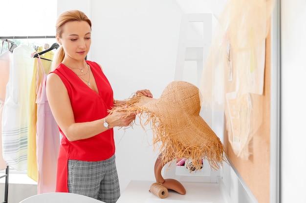 スタジオで働く女性のファッションデザイナー