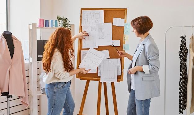 衣料品ラインのアイデアを考え出す女性のファッションデザイナー