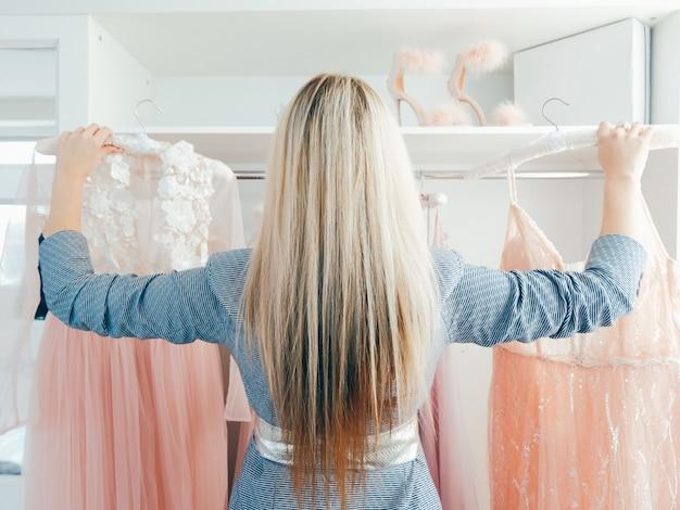 高級服を選ぶ女性のファッションアイコン