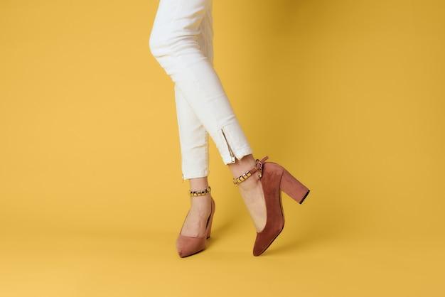 女性の足のファッショナブルな靴高級黄色のエレガントなスタイル
