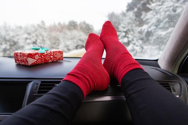 Женские ноги в машине зимой