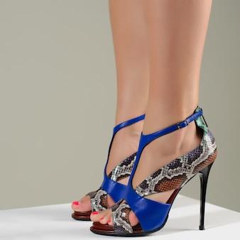 ハイヒールのサンダルの女性の足