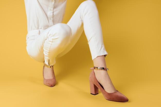 신발 유행 옷에 여성 피트 매력적인 모습 노란색 배경