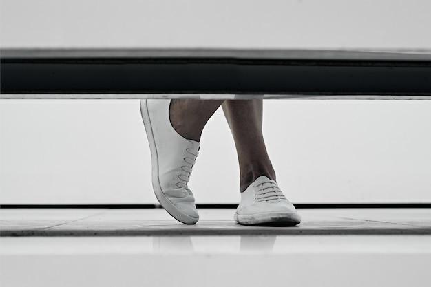 建物の開口部の女性の足。脚とファサードの一部が見えます。アスピレーションアップコンセプト Premium写真