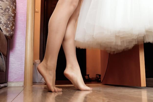 白い背景で隔離された女性の足