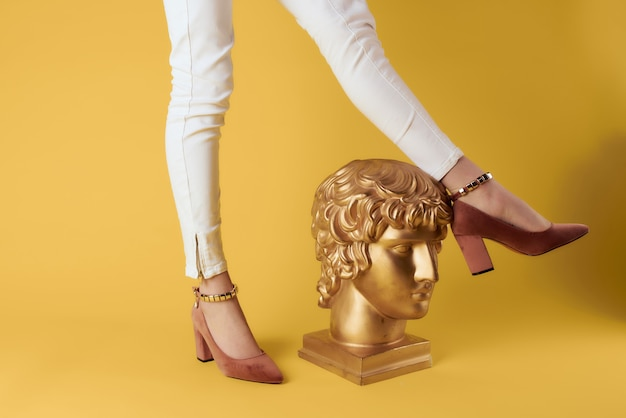 女性の足石膏頭ポーズ靴ファッション