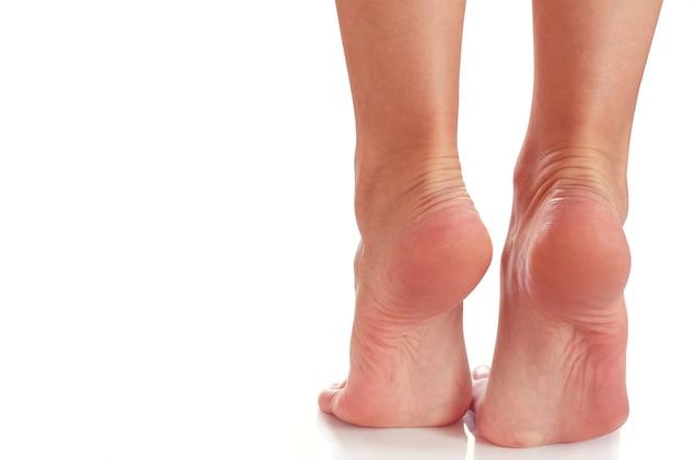 女性の足はつま先に立っています