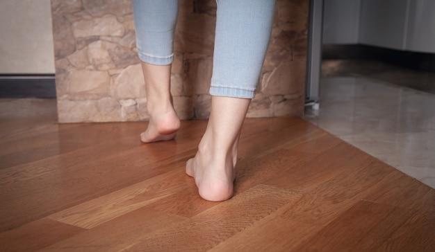 Женские ноги, ходить по полу дома.