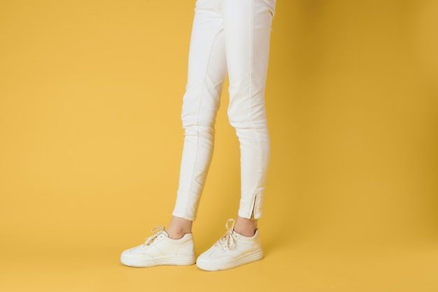 女性の足の白いスニーカー