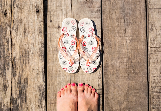 ビーチサンダルを履いた女性の足